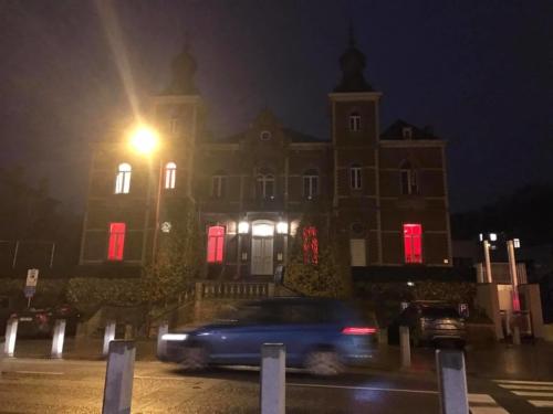 Hôtel de ville d'Ottignies-Louvain-la-Neuve en rouge